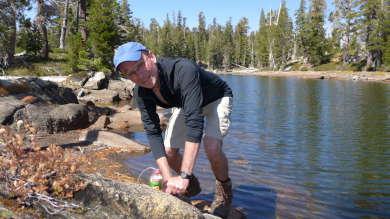 Filtern des Trinkwassers in der Desolation Wilderness